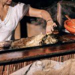 femme faisant un barbecue pour des convives d'une entreprise lyonnaise