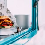 burger sur le rebord d'un food truck