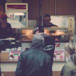 groupe de personnes attendant devant un food truck